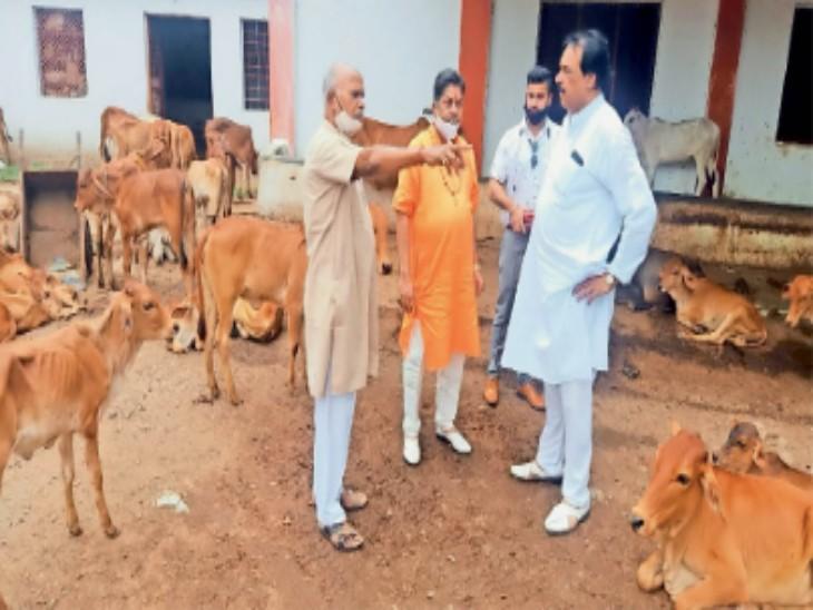 श्री गणेश गोशाला सचिव रामचंद्र मोर्य से चर्चा करते पंडित योगेंद्र महंत। - Dainik Bhaskar