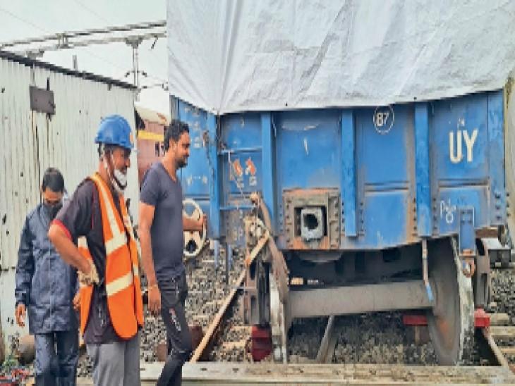 मालगाड़ी के बेपटरी हुए वैगन को पटरी पर चढ़ाते रेलकर्मी। - Dainik Bhaskar