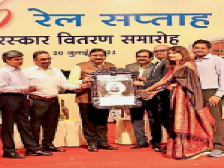 डीआरएम गुप्ता व अधिकारियों को शील्ड प्रदान कर पुरस्कृत करते महाप्रबंधक कंसल। - Dainik Bhaskar