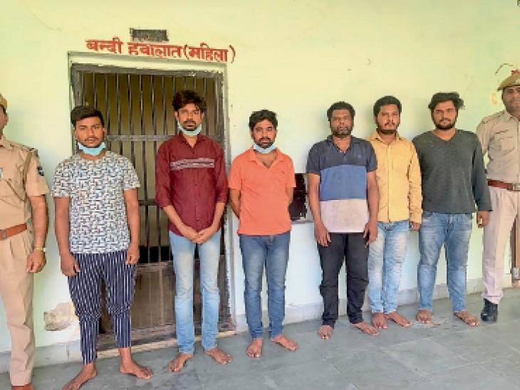 आरोपी बाएं से दाएं राजूकुमार उर्फ प्रद्यु्म्न, मुकेश उर्फ अमितराज, सोनू कुमार, विजय प्रसाद, कुंदन कुमार व राकेश झा उर्फ छोटू। भीलवाड़ा पुलिस इन्हें झारखंड, बिहार व दिल्ली से गिरफ्तार कर लाई है। - Dainik Bhaskar