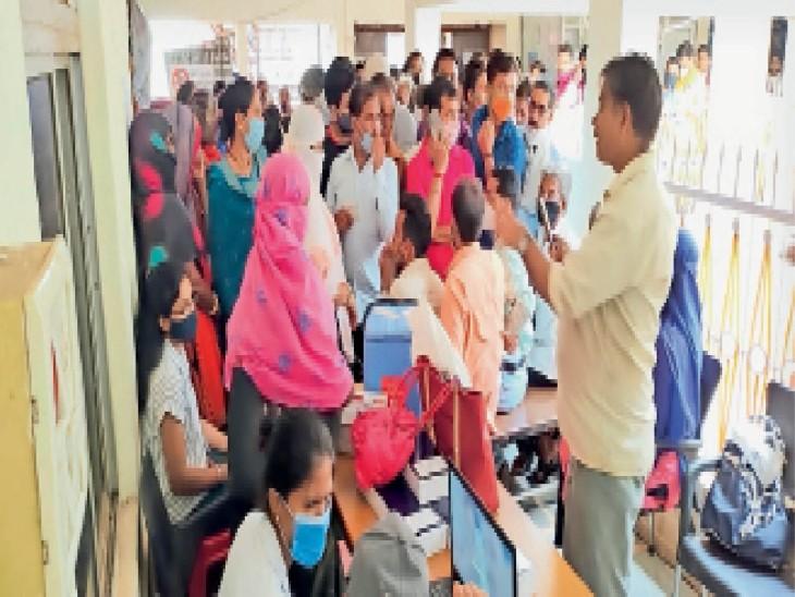 टीकाकरण केंद्र पर वैक्सीनेशन कराने के लिए लग रही है लोगों की भीड़। केंद्र पर वैक्सीनेशन कराते लोग। - Dainik Bhaskar
