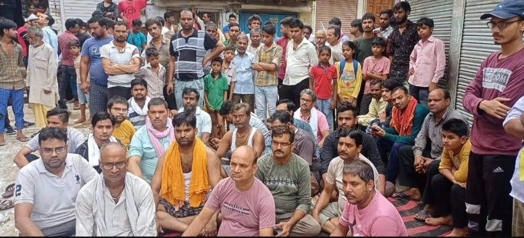 मथुरा को बरसाना में मुआवजे की मांग को लेकर धरने पर बैठे व्यापारी, पीड़ित व्यापारी की पत्नी की तबीयत हुई खराब|मथुरा,Mathura - Dainik Bhaskar