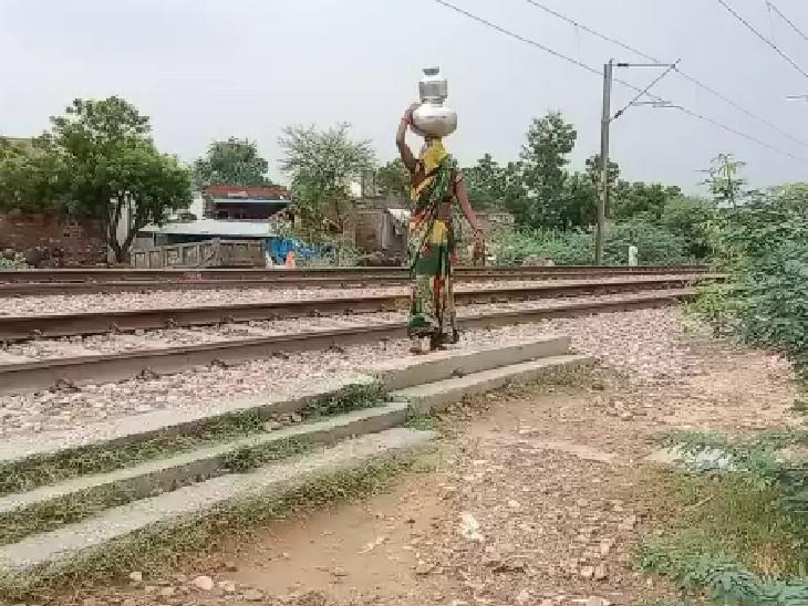 रेलवे लाइन पार कर शमशान से पानी लाने को मजबूर महिलाएं, जलदाय विभाग कर रहा खारे पानी की सप्लाई; पानी में फ्लोराइड की मात्रा ज्यादा|भरतपुर,Bharatpur - Dainik Bhaskar