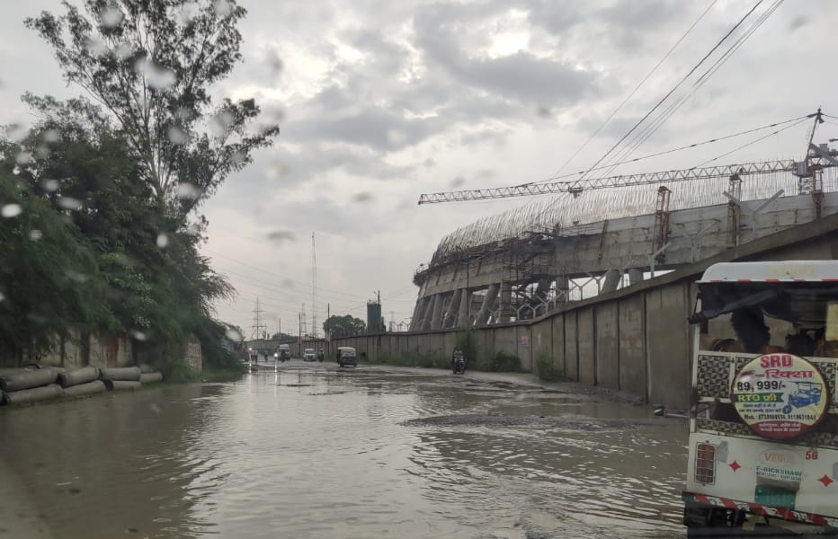 शताब्दी नगर जाने वाली मुख्य रोड में पूरी तरह से जलमग्न हो गई है। लाखों लोगों को मुसीबत का सामना करना पड़ रहा है। - Dainik Bhaskar