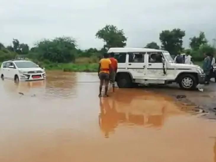 गाड़ी को बोलेरो की मदद से भी खींचा गया।