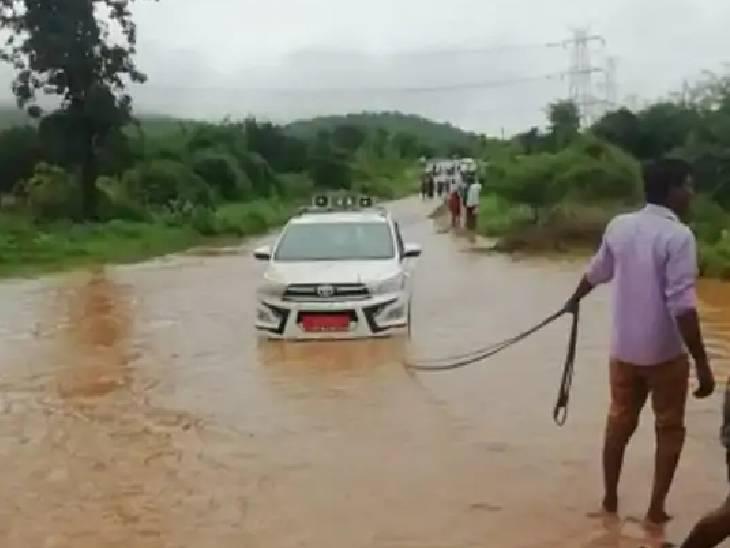 पुल के डेढ़ फुट ऊपर से बह रहा था पानी, सांसद नकुल नाथ के काफिले में शामिल राज्य मंत्री की गाड़ी फंसी, बड़ा हादसा टला|छिंदवाड़ा,Chhindwara - Dainik Bhaskar