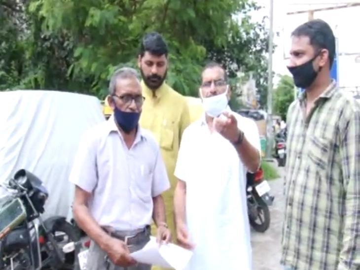 इंदौर में युवती ने बीमा कराने के बहाने बुजुर्ग एजेंट को बुलाया, बदमाशों ने पीटा और लड़की के साथ वीडियो बनाया, वायरल करने की धमकी देकर 2 लाख ठगे|इंदौर,Indore - Dainik Bhaskar