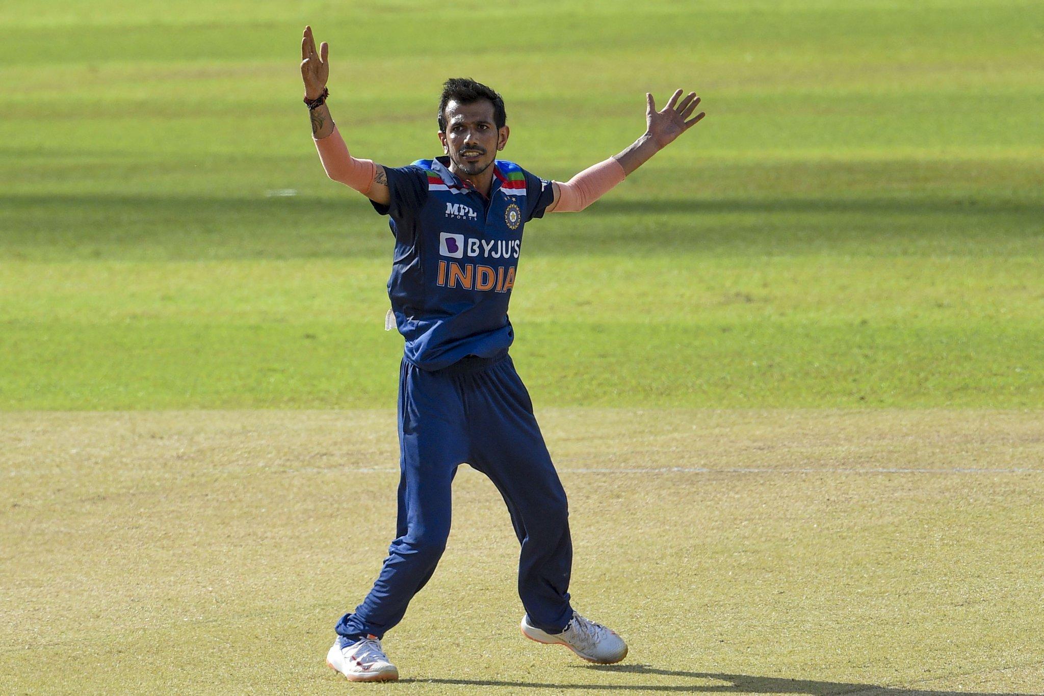 युजवेंद्र चहल ने 14वें ओवर में श्रीलंकाई टीम को लगातार दो बॉल पर 2 झटके दिए। उन्होंने 14वें ओवर की दूसरी बॉल पर मिनोद को मनीष पांडेय के हाथों कैच कराया। इसके बाद तीसरी बॉल पर भानुका राजपक्षा (0) को विकेटकीपर ईशान किशन के हाथों कैच कराया।