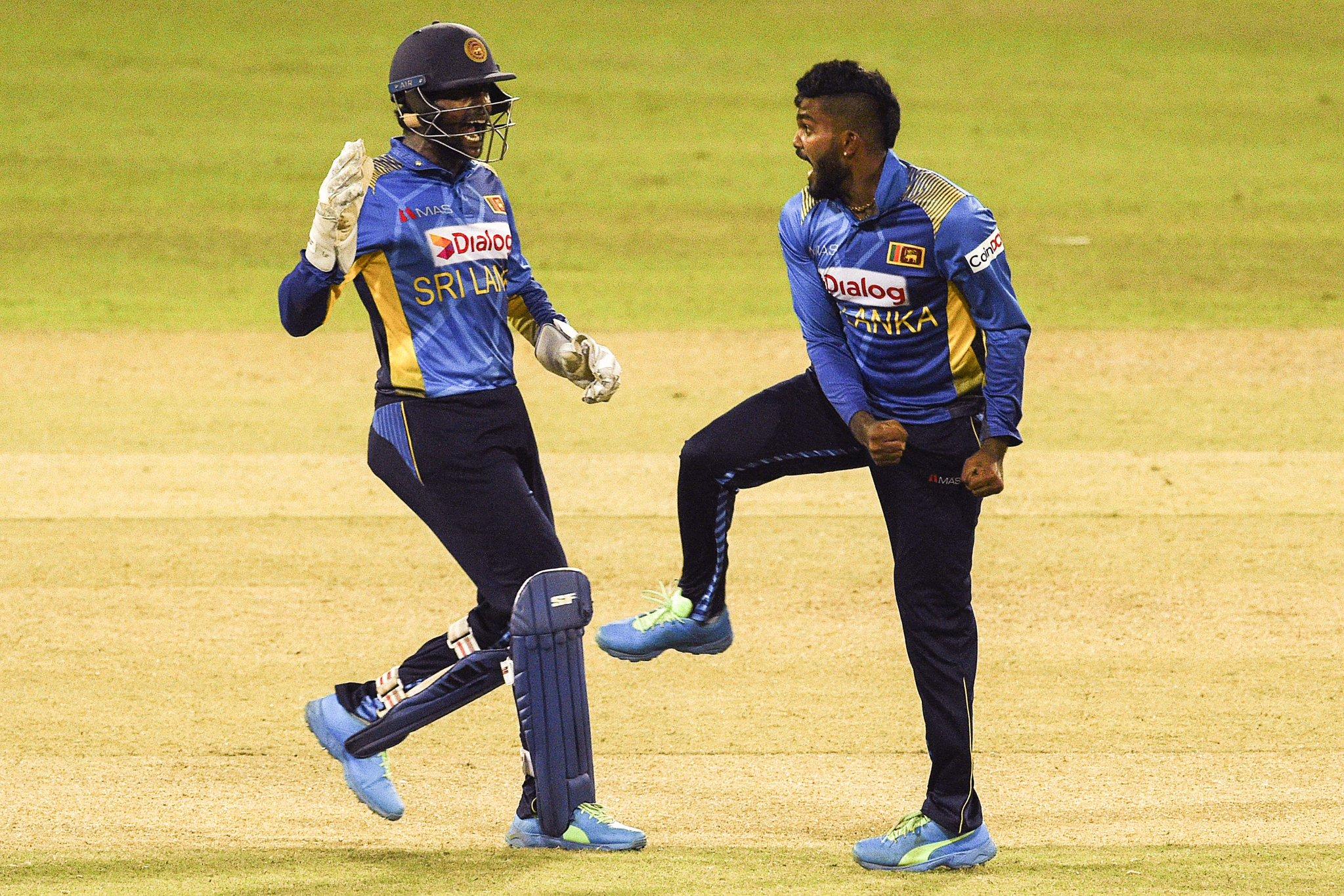 हसारंगा (दाएं) ने इस मैच में 3 विकेट लिए। वे श्रीलंका के सबसे सफल बॉलर रहे।