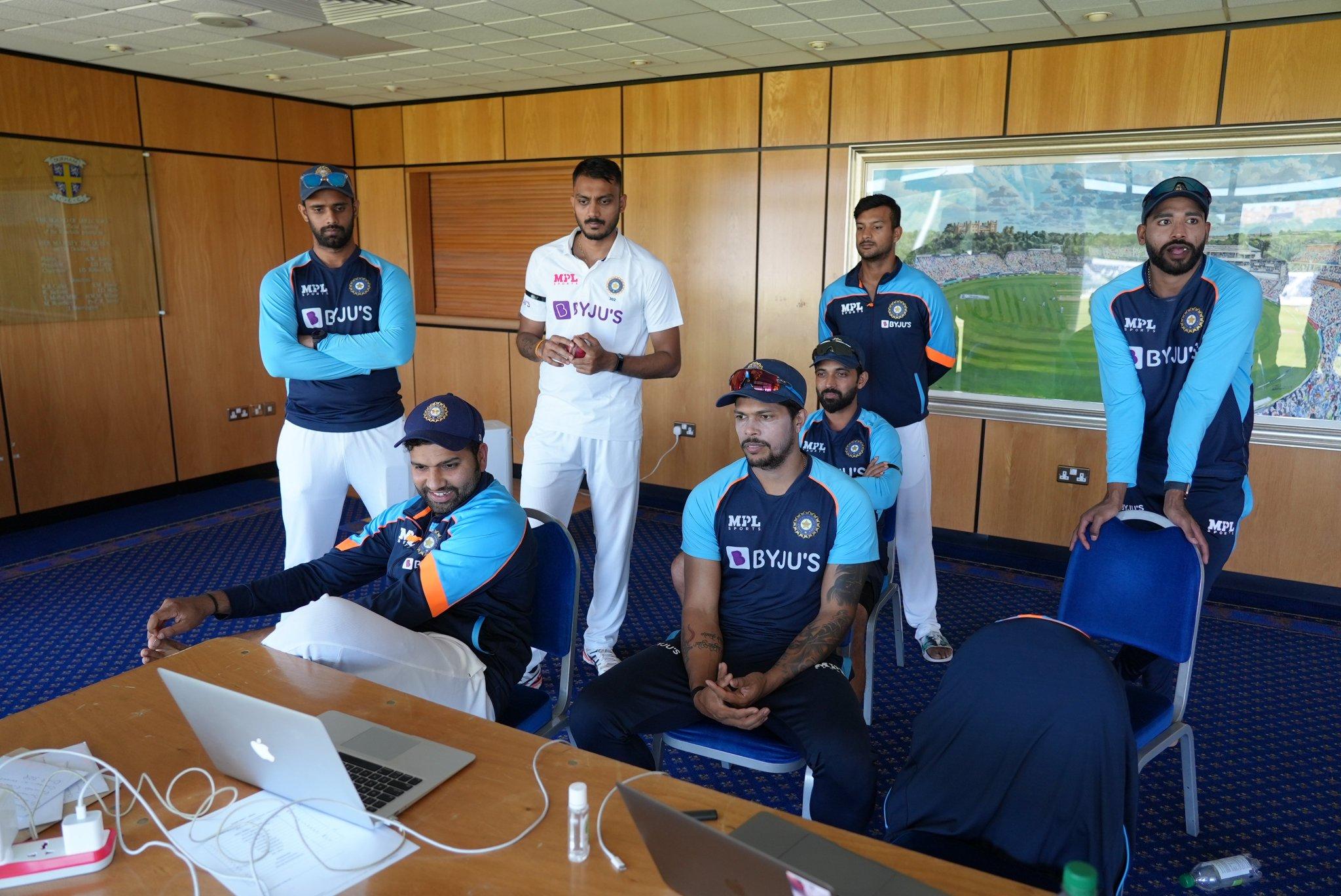 रोहित, उमेश, हनुमा, अक्षर, मयंक, सिराज, रहाणे श्रीलंका के खिलाफ भारत की बैटिंग देखते हुए।