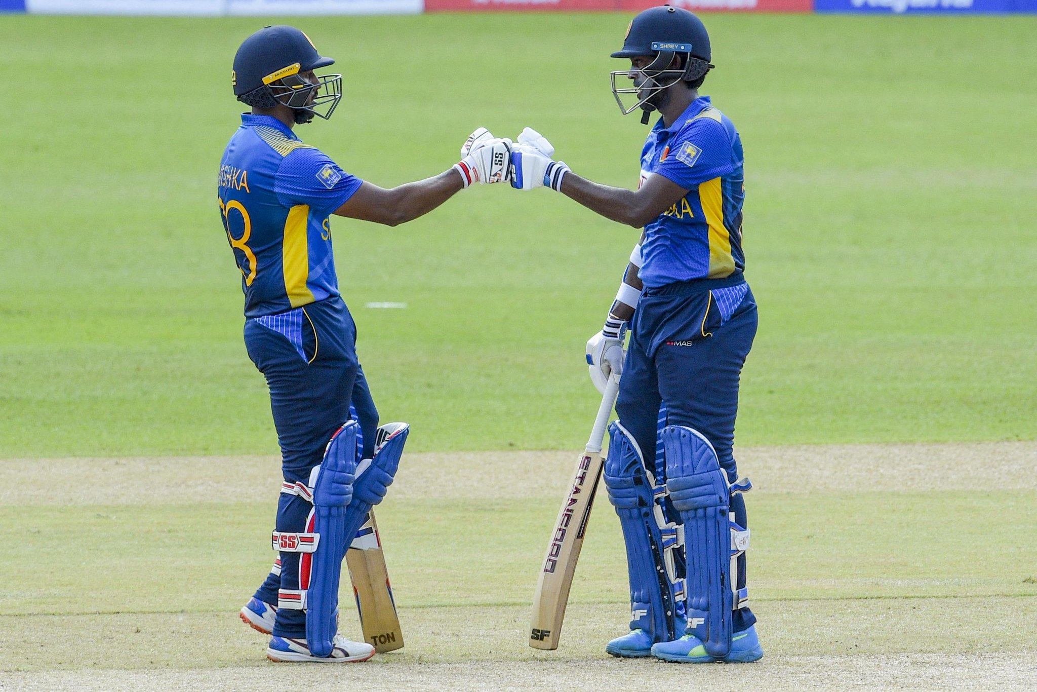 अविष्का और मिनोद भानुका ने श्रीलंकाई टीम को तेज शुरुआत दिलाई। इन दोनों ने 13 ओवर तक एक भी विकेट नहीं गिरने दिया। मिनोद ने 42 बॉल पर 36 रन की पारी खेली। उनके और अविष्का के बीच पहले विकेट के लिए 77 रन की पार्टनरशिप हुई।
