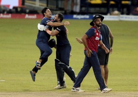ईशान किशन और बाकी खिलाड़ियों ने दीपक चाहर को गले से लगा लिया।