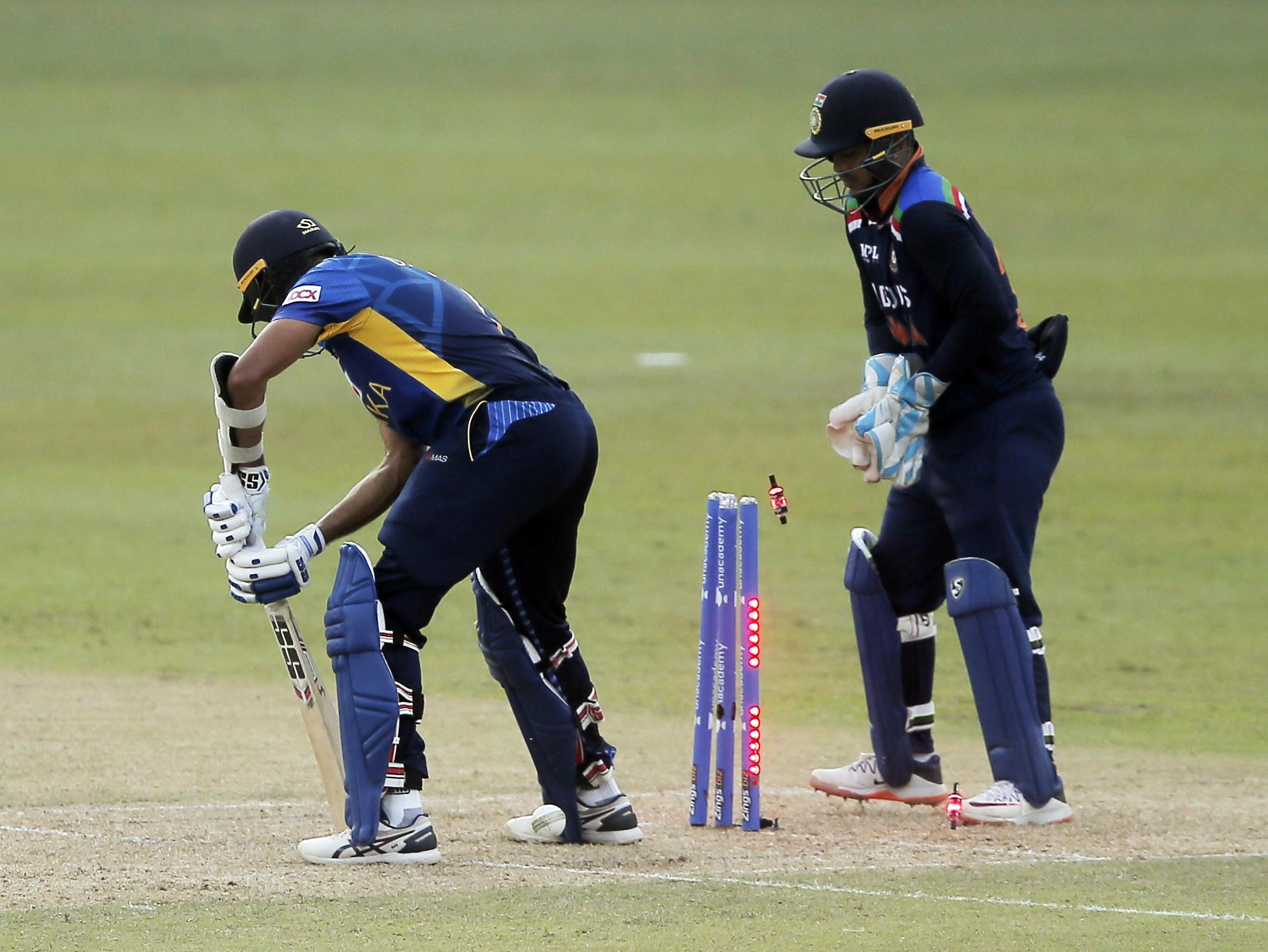 युजवेंद्र चहल ने श्रीलंका के कप्तान दासुन शनाका को क्लीन बोल्ड किया। वे 24 बॉल पर 16 रन बना सके।