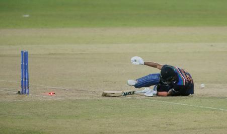 भारत की पारी के 18वें ओवर में मनीष पांडेय 31 बॉल पर 37 रन बनाकर रन आउट हुए। सूर्यकुमार का स्ट्रेट शॉट शनाका के हाथ से लगकर स्टंप्स पर जा लगा। उस वक्त मनीष क्रीज से बाहर थे।