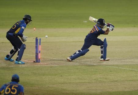 टीम इंडिया की शुरुआत अच्छी नहीं रही। 28 रन पर पहला विकेट गिरा। पृथ्वी शॉ ने 3 चौके लगाए। इसके बाद स्पिनर वानिंदु हसारंगा ने उन्हें क्लीन बोल्ड किया। वे 13 रन बनाकर आउट हुए।