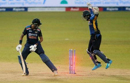 क्रुणाल पंड्या 54 बॉल पर 35 रन बनाकर आउट हुए। उन्हें वानिंदु हसारंगा ने क्लीन बोल्ड किया।