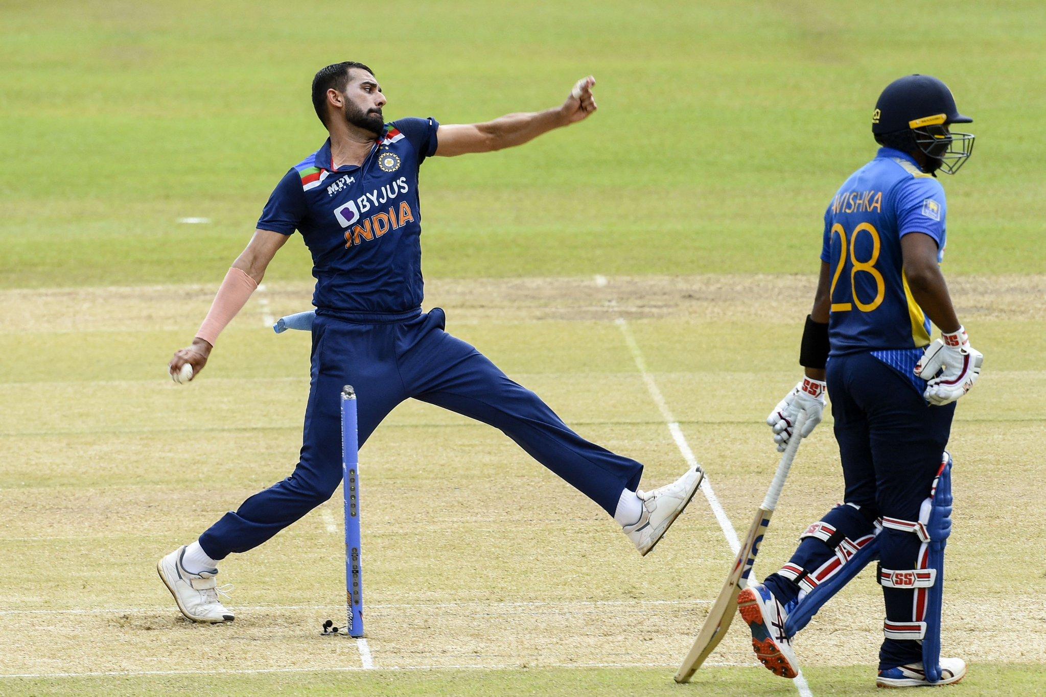 दीपक चाहर ने 2 विकेट लिए। उन्होंने धनंजय डिसिल्वा (32 रन) और वानिंदु हसारंगा का विकेट लिया।