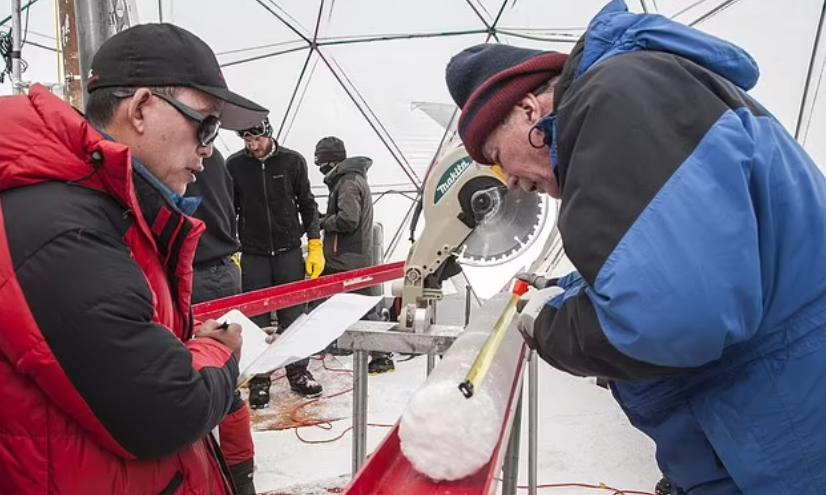 ग्लेशियर के सैम्पल में मिले नए वायरस की जांच करते वैज्ञानिकों की टीम।