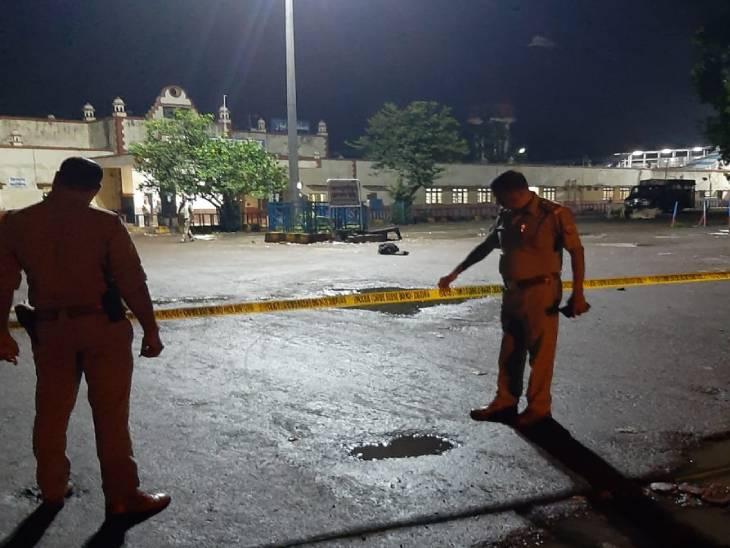 सूचना मिलते ही पुलिस विभाग के हाथ-पांव फूल गए। आनन-फानन में पुलिस टीम बम निरोधक दस्ते के साथ मौके पर पहुंची। - Dainik Bhaskar
