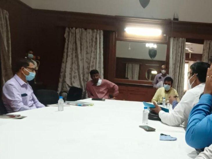 इंदौर में ट्यूशन फीस ज्यादा लेने वाले स्कूलों के खिलाफ होगी जांच, कलेक्टर ने प्रभारी डीईओ का कहा- कार्रवाई करें|इंदौर,Indore - Dainik Bhaskar