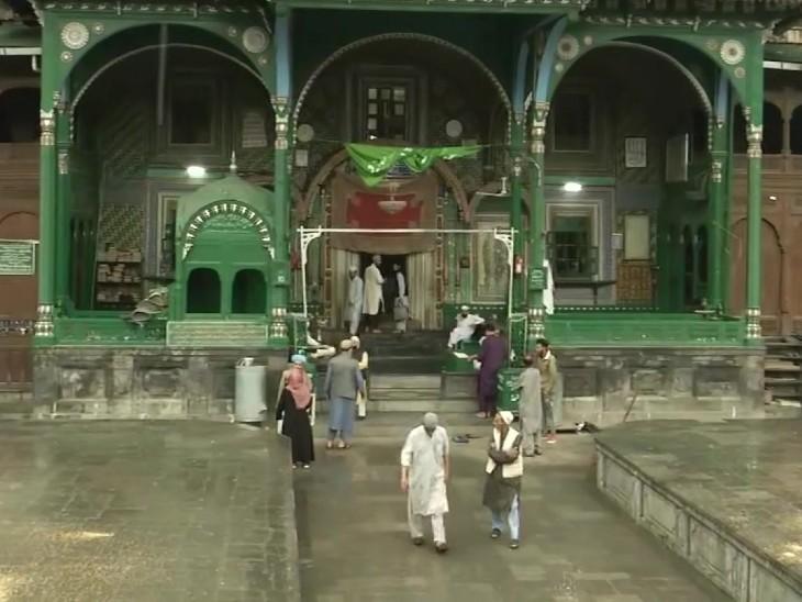 पूरे जम्मू में ईद धूमधाम से मनाई जा रही है। मस्जिद के कर्मचारी ने कहा कि सरकार के नियमों के अनुसार बड़ी मस्जिदें बंद हैं। छोटी मस्जिदों में नमाज अदा की जा रही है। हम प्रार्थना करते हैं कि अल्लाह हमें कोरोना से बचाए।