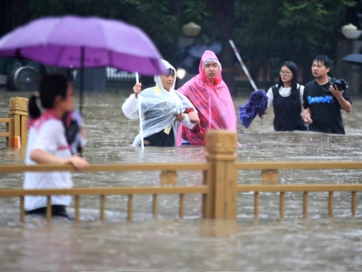 China Henan Zhengzhou flood photos twelve death two lakh people relocated  Apple iPhone production | 24 घंटे में 18 इंच बारिश हुई, 12 लोगों की जान गई  और 2 लाख को सुरक्षित
