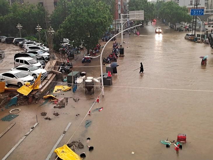 बाढ़ के चलते लोगों को काफी दिक्कतों का सामना करना पड़ रहा है। शहर की कई सड़कें पानी में पूरी तरह से डूब गई हैं।