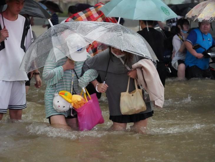 झेंग्झो शहर में मंगलवार शाम 5 बजे तक 24 घंटों में रिकॉर्ड 457.5 मिलीमीटर (18 इंच) बारिश हुई। भारी बारिश की वजह से शहर के कई हिस्सों में बिजली चली गई।