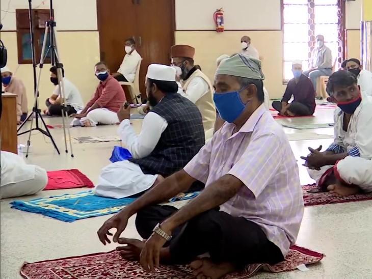 केरल के तिरुवनंतपुरम की पलयम जुमा मस्जिद में लोग सोशल डिस्टेंसिंग का पालन करते हुए नमाज अदा करते दिखे।