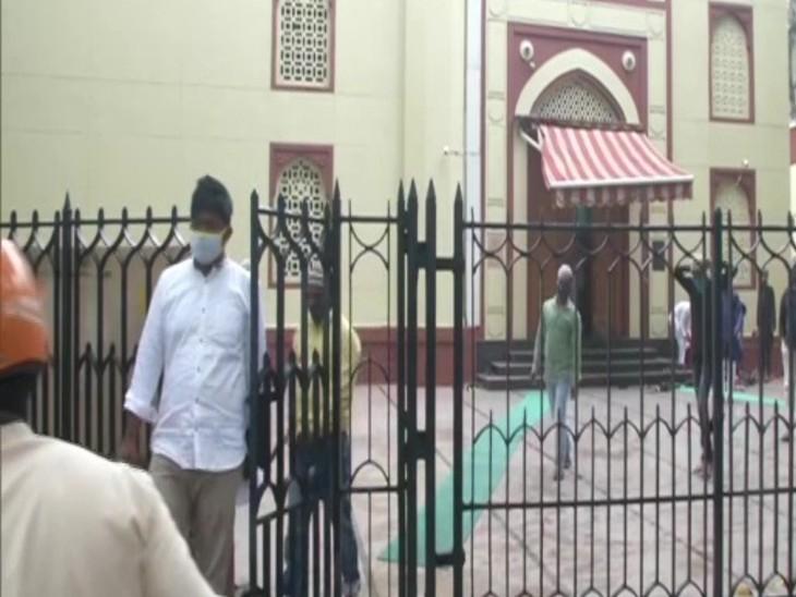 कोरोना के चलते दिल्ली की जामा मस्जिद में नमाज अदा करने के लिए कम संख्या में लोग नजर आ रहे।