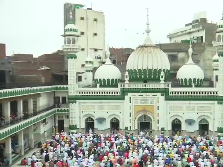 पंजाब के अमृतसर में खैरुद्दीन मस्जिद में बड़ी संख्या में समाज के लोगों ने नमाज अदा की।