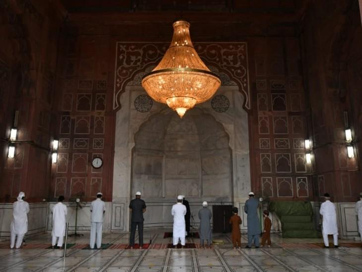 दिल्ली की जामा मस्जिद में बकरीद के मौके पर लोग इस तरह से नमाज अदा करते नजर आए।