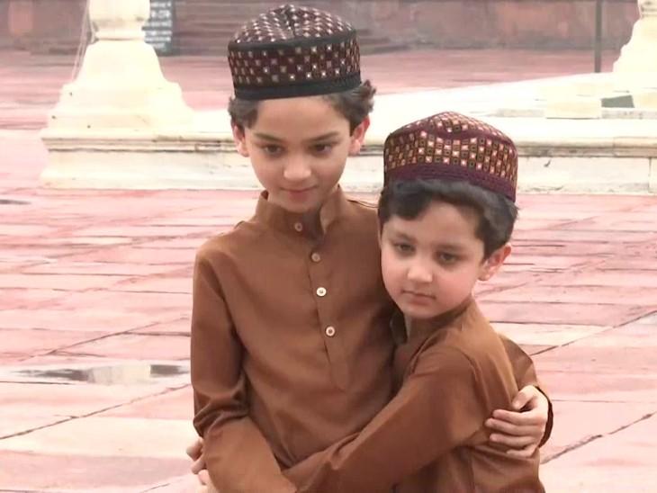यह तस्वीर दिल्ली के जामा मस्जिद की है। ईद के मौके पर बच्चों में भी उत्साह देखा गया। - Dainik Bhaskar