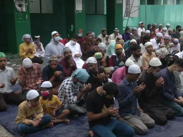 जम्मू की तवी ब्रिज मस्जिद में लोगों ने नमाज अदा की। यहां पर सोशल डिस्टेंसिंग का पालन होते नहीं दिखा।