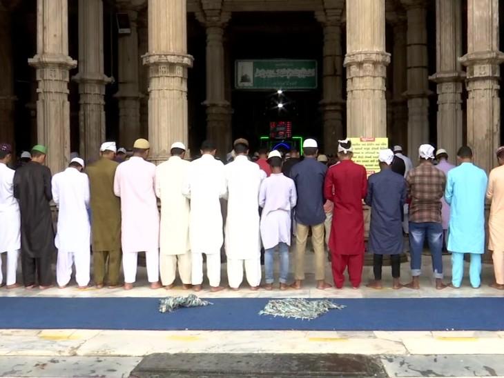 जामा मस्जिद के इमाम ने कहा कि हम अल्लाह के शुक्रगुजार हैं कि ईद सेलिब्रेट कर पा रहे हैं। अच्छी व्यवस्था के लिए पुलिस का आभार है।