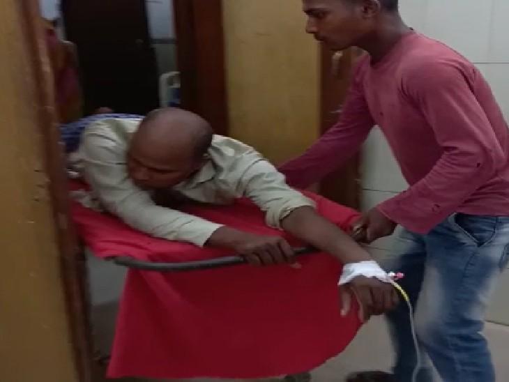 MR को गोली लगने के बाद अस्पताल में भर्ती कराने ले जाते लोग। - Dainik Bhaskar
