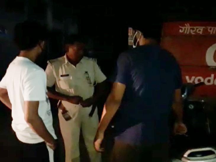 घटनास्थल पर लोगों से पूछताछ करती पुलिस। - Dainik Bhaskar