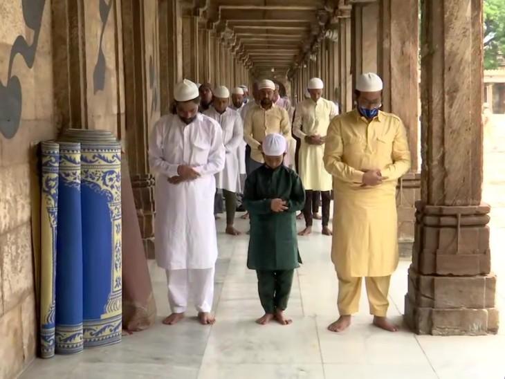 अहमदाबाद की जामा मस्जिद में ईद के मौके पर लोग नमाज अदा कर रहे हैं।