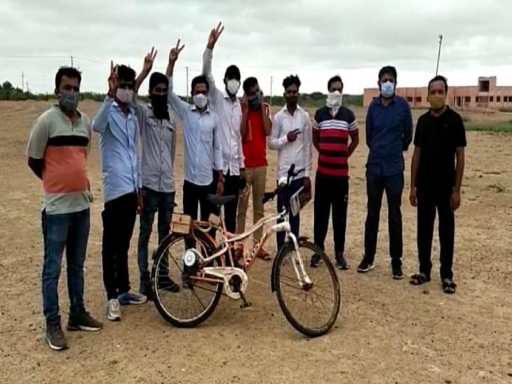 चार्ज करने के बाद 25 किलोमीटर तक चलेगी, 20 पैसे प्रति किमी आएगा खर्च;14 स्टूडेंट ने पॉकेट मनी से की तैयार|बाड़मेर,Barmer - Dainik Bhaskar