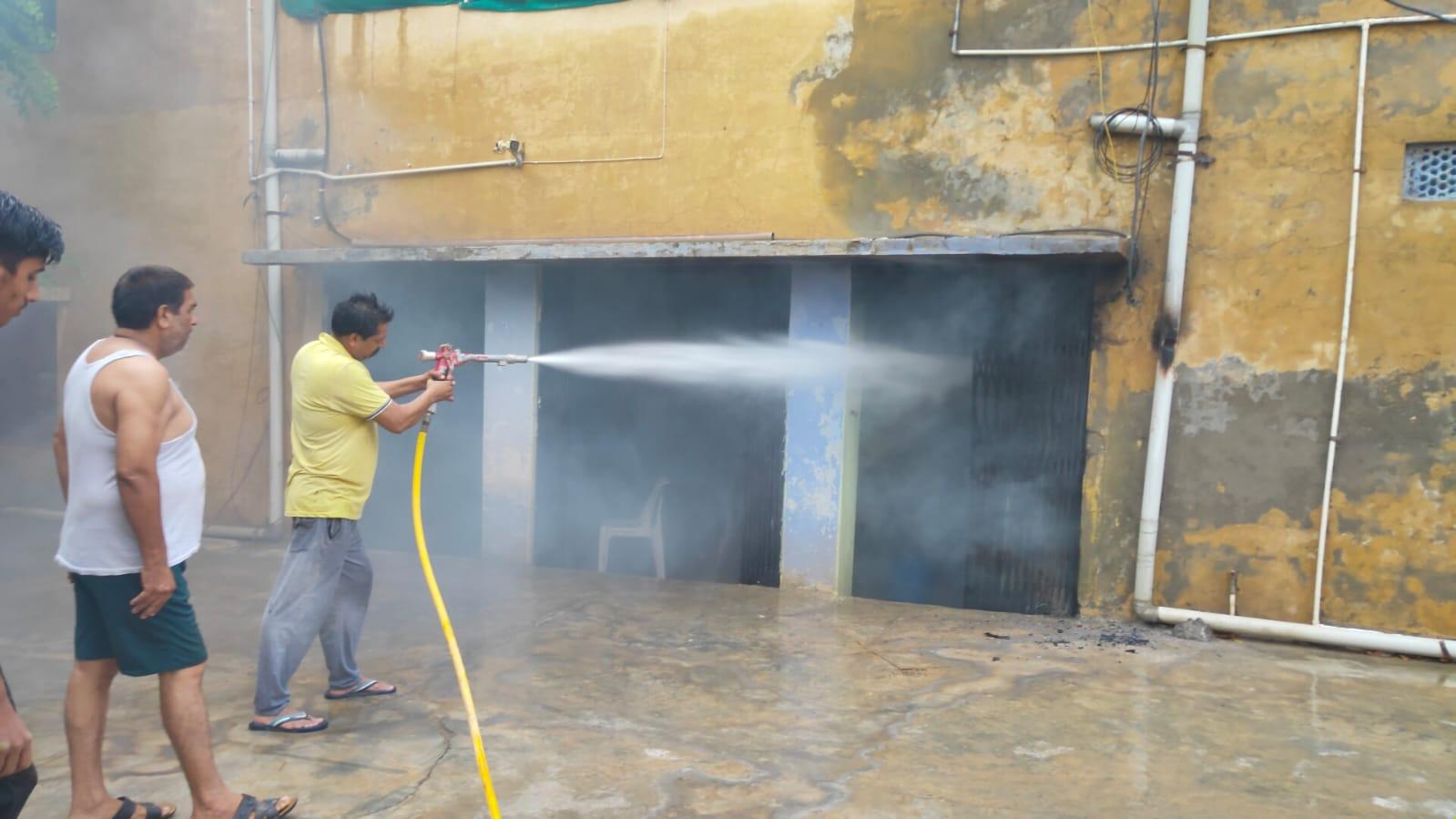 श्रीगंगानगर के केसरीसिंहपुर में वेयर हाउस में लगी आग बुझाते फयरकर्मी। - Dainik Bhaskar