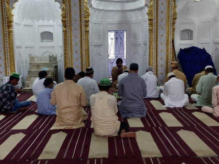 बकरीद पर ईदगाह में नहीं हुई नमाज, शहर इमाम ने मस्जिद में 40 लोगों को पढ़ाई नमाज, बाकी लोगों ने घरों पर अता की, हर्षोल्लास से मनाया जा रहा ईदुलजुहा का त्योहार|मुरादाबाद,Moradabad - Dainik Bhaskar