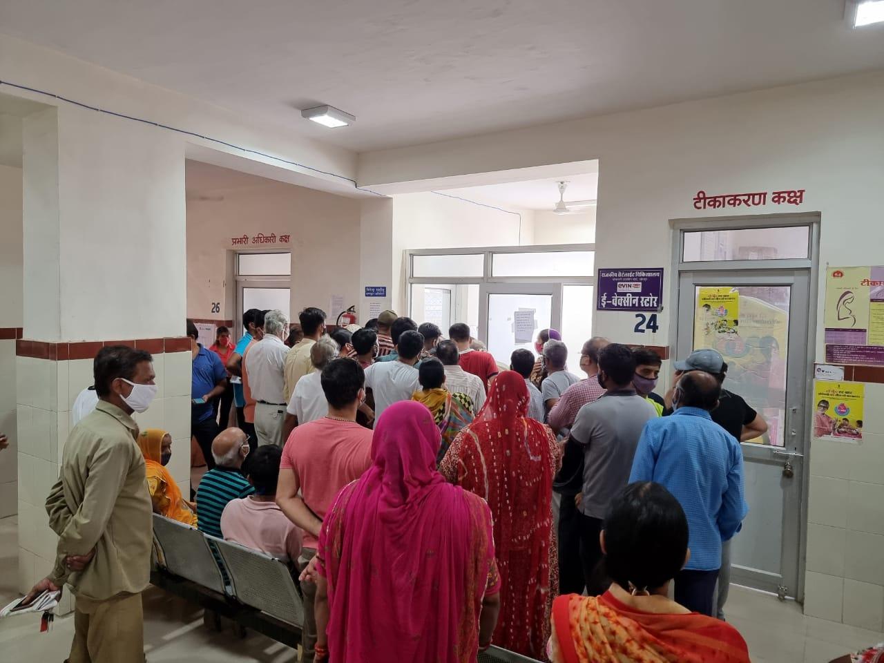 रुक-रुककर चल रहे टीकाकरण अभियान से सेंटरों पर भीड़, दो दिन बाद 169 सेंटर पर वैक्सीनेशन शुरु, जोधपुर को रोजाना 57 हजार टीकों की दरकार|जोधपुर,Jodhpur - Dainik Bhaskar