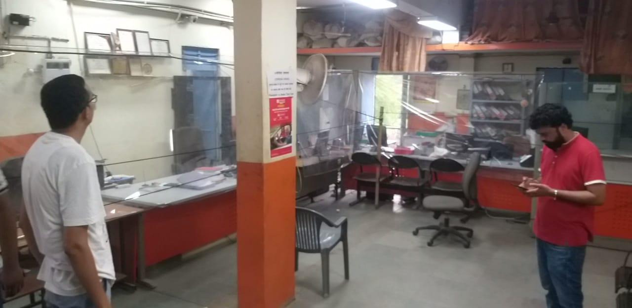 पूंजपुर में बैंक ऑफ बड़ौदा परिसर। जहां चोरी का प्रयास किया गया लेकिन सायरन की आवाज सुन भाग गए। - Dainik Bhaskar