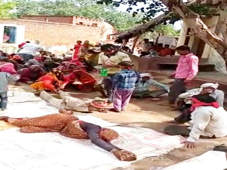 भगवान इंद्रदेव को खुश करने के लिए लोगों ने 2 किमी तक किया दंडवत, बारिश के ना होने से परेशान हैं किसान; सूख रही फसलें|झांसी,Jhansi - Dainik Bhaskar