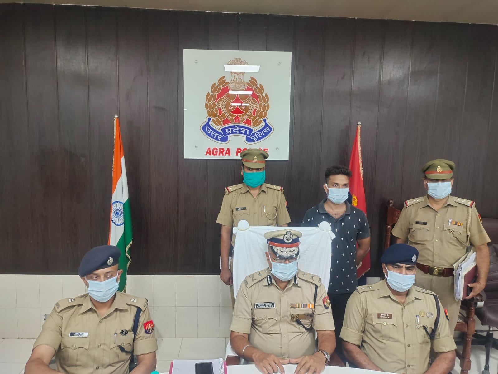 पुलिस गिरफ्त में सरेंडर करने वाला बदमाश प्रभात शर्मा - Dainik Bhaskar