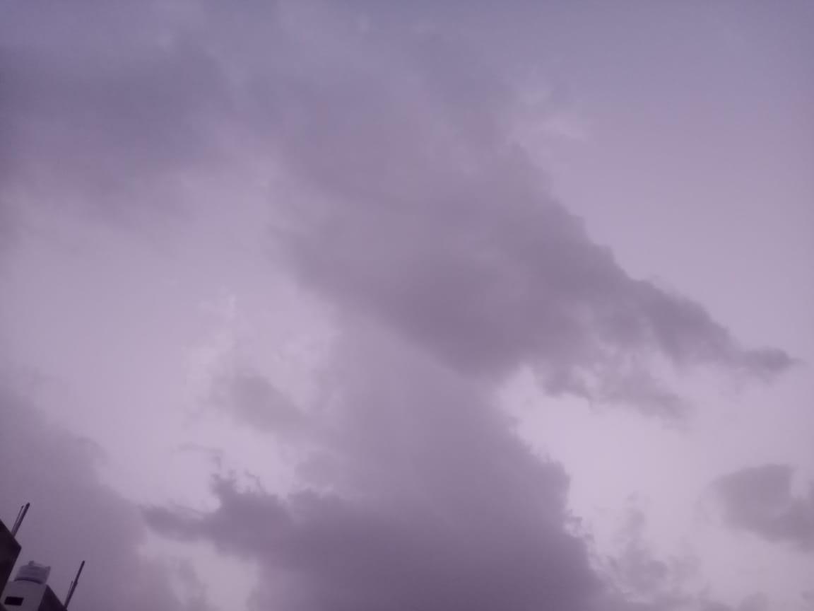 आसमान में छाए रहे बादल। - Dainik Bhaskar