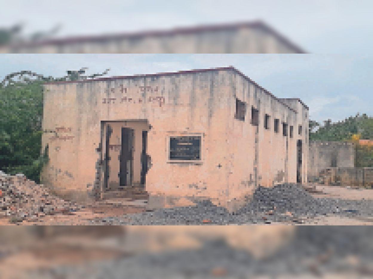 पंचमुखी मोक्षधाम के पास सामुदायिक शौचालय। - Dainik Bhaskar