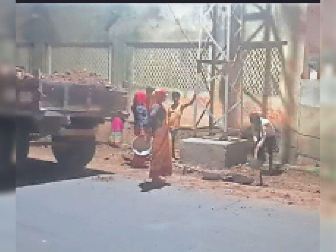 कोर्ट के पास बिना अनुमति सड़क खोदने पर ट्रेक्टर और मशीन जब्त की। - Dainik Bhaskar