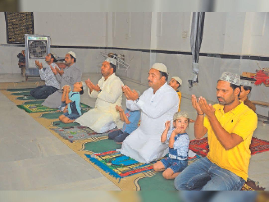 अशाेकनगर बी इमामबाड़े में ईद की  नमाज अदा करते मुस्लिम समाज के लाेग। - Dainik Bhaskar