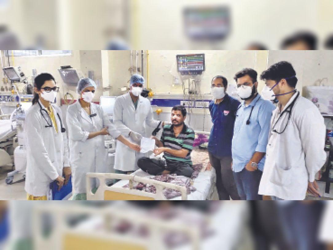56 दिनों तक भर्ती रहने के बाद काेराेना जंग जीतकर जेएलएन अस्पताल से घर लाैटे दाे युवा|अजमेर,Ajmer - Dainik Bhaskar